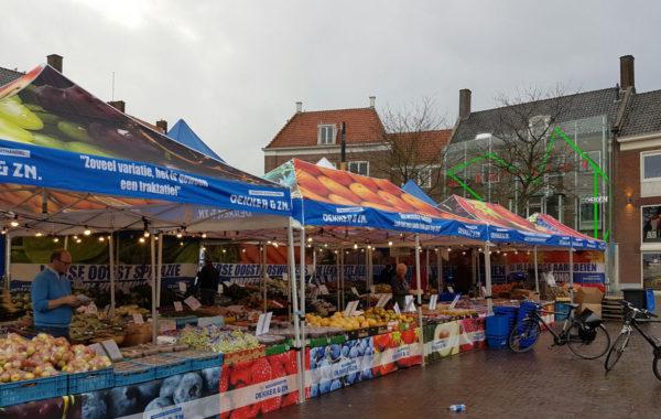 Opvallende marktkramen Voor Dekker en Zn.